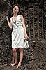 深黑的地面采石场夫人在白色太阳裙内 | 免版税照片