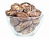 유리 그릇에 말린 필드 버섯 화이트에 격리 | Stock Foto