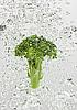 绿花椰菜下降气泡在水中 | 免版税照片