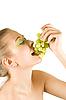 Mujer joven con uva | Foto de stock