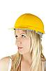 Женщина в желтом строительном шлеме | Фото