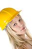 Блондинка в желтом строительном шлеме | Фото