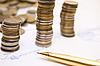 펜 계약서에 동전 | Stock Foto