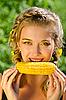 ID 3036963 | 여자 옥수수 개 암 나무 열매를 먹고 | 높은 해상도 사진 | CLIPARTO