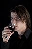 Фото 300 DPI: Красивый бледный вампир с голубыми глазами, пить вино или кровь