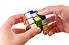 ID 3023251 | El hombre tratando de resolver el rompecabezas | Foto de alta resolución | CLIPARTO