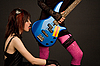 베이스 기타를 핥는 락 소녀 | Stock Foto