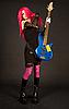 有吸引力的女孩把低音吉他 | 免版税照片