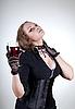 Sexy mujer joven con un vaso de vino tinto | Foto de stock