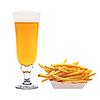 맥주 Pommes 튀김과 찻잔 | Stock Foto