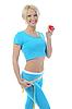 Фото 300 DPI: Молодая атлетичная женщина измеряет талию