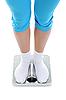 Фото 300 DPI: молодая спортивная девушка стоит на весах