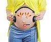 젊은 임신 한 여자의 뱃속에 그림 | Stock Foto