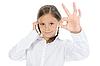 ID 3021733 | Dziewczynka pokazuje podpisać w porządku | Foto stockowe wysokiej rozdzielczości | KLIPARTO