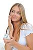 그녀의 뺨에 크림을 적용하는 아름 다운 여자 | Stock Foto