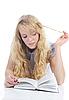 어린 소녀 읽기 책   Stock Foto