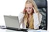 Mujer cansada joven en la oficina | Foto de stock