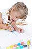 Фото 300 DPI: Девочка рисует в альбоме.