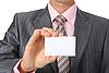 Фото 300 DPI: бизнесмен держит пустую визитку