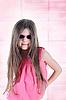 Poco de pelo largo chica morena en gafas de sol | Foto de stock