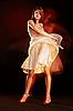 아름 다운 젊은 여성 춤 | Stock Foto