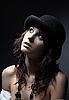 검은 모자를 입고 아름 다운 젊은 여자 | Stock Foto