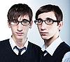 패션 이발을 가진 귀여운 젊은 쌍둥이 안경을 착용 | Stock Foto