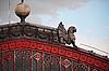 건축 세부 사항 - 지붕에 사자 | Stock Foto