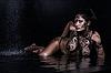 블랙에 물에 바디 페인팅을 가진 아름 다운 여자 | Stock Foto
