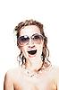 Фото 300 DPI: женщина в темных очках и ожерелье из акульих зубов