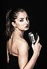 레트로 마이크와 함께 아름 다운 여자 | Stock Foto