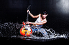 물에 바위-n-롤 소녀 기타 연주 | Stock Foto