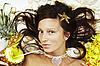 거짓말 하와이 액세서리와 함께 아름 다운 이국적인 소녀 | Stock Foto