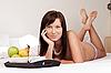 Фото 300 DPI: Молодая красивая женщина завтракает в постели