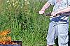 ID 3028725 | Mann bricht ein Zweig für Lagerfeuer | Foto mit hoher Auflösung | CLIPARTO