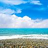 阳光明媚的大海和沙滩 | 免版税照片