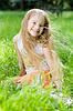 小女孩在完美的绿色草地 | 免版税照片