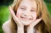 微笑的小女孩 | 免版税照片