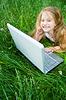 与笔记本电脑可爱的小女孩 | 免版税照片