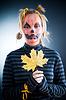 Jack-o-lantern girl with autumn leaves | 免版税照片