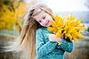 户外可爱的小女孩 | 免版税照片