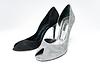黑色和灰色女皮鞋 | 免版税照片