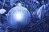 Decoración de la Navidad que cuelga en el árbol | Foto de stock