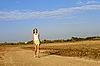 十几岁的女孩走在沙质道路 | 免版税照片