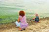 ID 3068880 | Mutter und Tochter auf dem Ufer | Foto mit hoher Auflösung | CLIPARTO