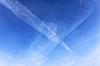 Фото 300 DPI: Авиационные пересек треков в голубом небе