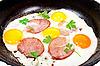 Фото 300 DPI: Яичница с колбасой на сковороде