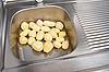 土豆去皮 | 免版税照片