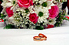 Two wedding rings and bouquet | Stock Foto
