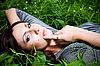 漂亮的女人,在草 | 免版税照片